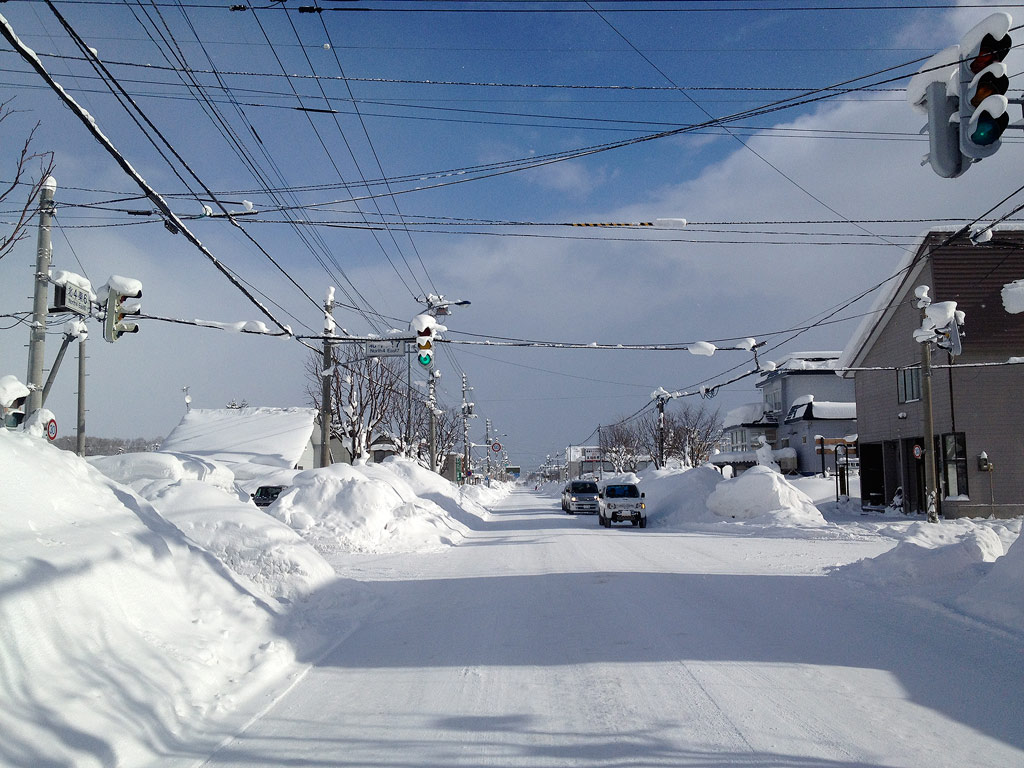 Driving through Kutchan...even the traffic lights are getting buried, 8 January 2013