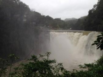 shifen waterfall en plein typhon