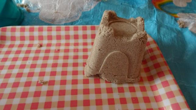 砂遊びで型抜き(5)