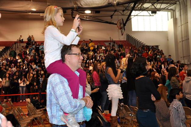 Fans Forgive Rihanna's Late Arrival at Barrington High School