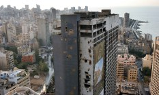 D3M27M (dpa) The pictures shows the former Holiday Inn Hotel destroyed in the Civil War in Beirut, Lebanon, 9 October 2005. In the background in is the quarter Hamra and the famous water front Corniche. Photo: Oliver Berg