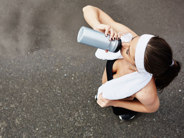 workout-women-drink-water