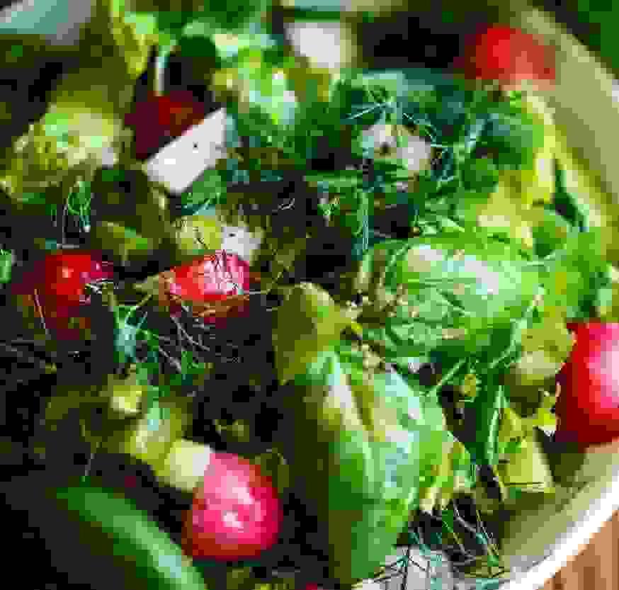 Πώς να φτιάξεις μια νόστιμη και υγιεινή σαλάτα; Τα 6 βασικά βήματα της διατροφολόγου - Shape.gr