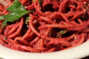 Μακαρονάδα με σάλτσα παντζαριού