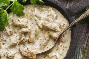 Μοσχαράκι με λευκή σάλτσα και κάπαρη