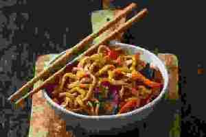 Κινέζικο στο σπίτι: Φτιάξε νουντλς με χοιρινό και λαχανικά - Shape.gr