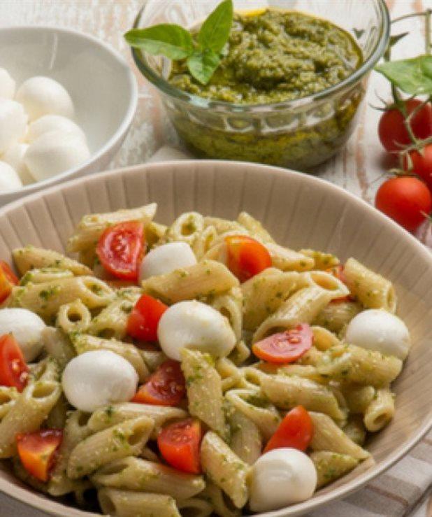 Πανεύκολη μακαρονοσαλάτα με ντοματίνια και μοτσαρέλα