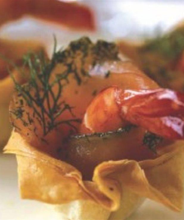 Τραγανές φωλιές με πιπεριές και γαρίδες