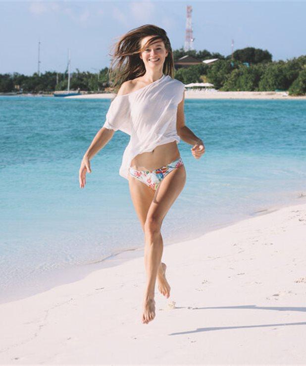 Bikini Abs! Το 10λεπτο πρόγραμμα κοιλιακών για εντυπωσιακή κοιλιά στο νησί