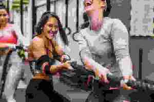 Άσκηση «κρεμάλα»: Η πιο φρέσκια παραλλαγή HIIT για να καις λίπος μαζί με την κολλητή σου! - Shape.gr
