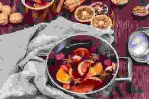 Πώς θα φτιάξεις ζεστό, γλυκό χριστουγεννιάτικο κρασί γκλουβάιν με κανέλα και μυρωδικά (Glühwein) χωρίς ζάχαρη