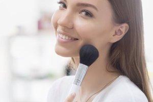Μικρότερη μύτη με μακιγιάζ; Γίνεται! (κι άλλα εύκολα tricks για τις ατέλειες) - Shape.gr