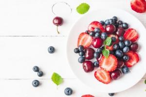 Η άνοιξη φέρνει τα φρούτα της: Πόσα μπορώ να τρώω; Ολόκληρα, σε smoothie ή χυμό;
