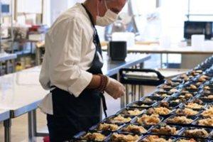 Τριάστερος σεφ προσφέρει γεύματα για εργαζόμενους σε νοσοκομεία