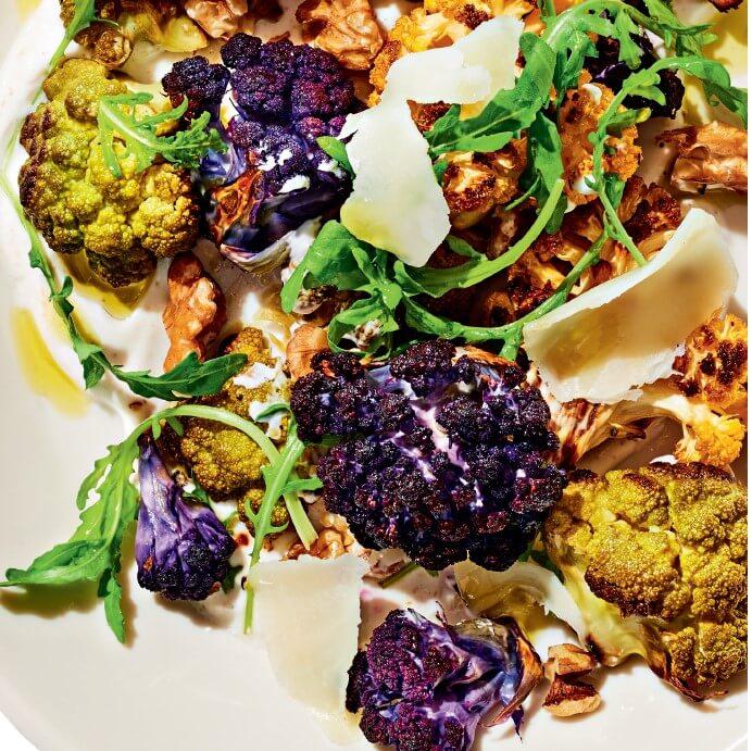 Υπέροχη σαλάτα με ψητό κουνουπίδι και καρύδια με σος γιαούρτι και κύμινο - Shape.gr