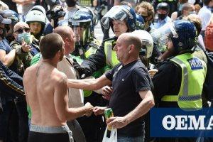 Φωτογραφίες: Ακροδεξιοί στη Βρετανία συγκρούστηκαν με διαδηλωτές κατά του ρατσισμού