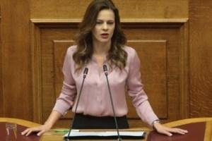 """Αχτσιόγλου: """"Η κυβέρνηση σκόπιμα επενδύει στον βούρκο και τον καθοδηγεί"""""""