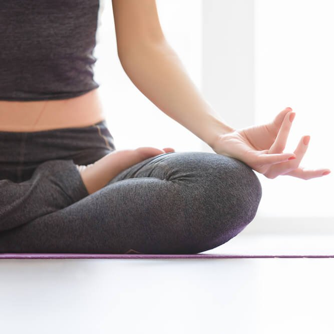 Ζεσταίνεσαι; Αυτή η αναπνοή yoga θα σε δροσίσει! - Shape.gr