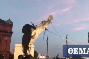 ΗΠΑ: Διαδηλωτές «κατέβασαν» άγαλμα του Χριστόφορου Κολόμβου στη Βαλτιμόρη