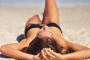 Πώς να προστατευτώ από τον ήλιο; Ιδού τι κάνουν οι ειδικοί για τον εαυτό τους - Shape.gr