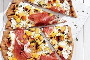 Light και τραγανή πίτσα με καλαμπόκι και ροδάκινο για ένα ελαφρύ καλοκαιρινό βραδινό - Shape.gr