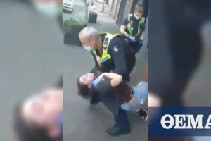 Σάλος στην Αυστραλία: Βίντεο δείχνει αστυνομικό να αρπάζει από το λαιμό γυναίκα επειδή δε φορά μάσκα