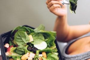 Τι τρώει σε μια μέρα μια oλιστική σύμβουλος υγείας; Αυτή είναι η ιδανική διατροφή