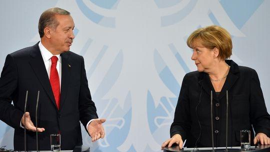 Μέρκελ σε Ερντογάν: Οι διαφορές μπορούν να επιλυθούν μέσω διαπραγματεύσεων αρκεί να υπάρχει δίκαιη προσέγγιση