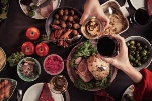 Δυσπεψία και καούρες, hangover και δηλητηριάσεις: Πώς θα αντιμετωπίσεις συχνά προβλήματα των γιορτών - Shape.gr