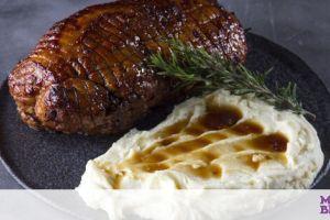 Ζουμερό και πεντανόστιμο χοιρινό μπούτι στο φούρνο από τον Άκη Πετρετζίκη