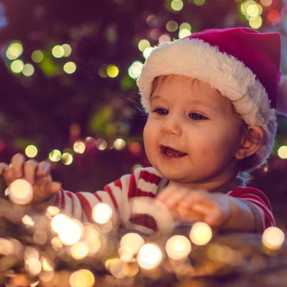 Χριστούγεννα με μωρό: Να στολίσεις δέντρο; Να βάλεις λαμπάκια; Οι απαντήσεις και το βίντεο που έγινε viral - Shape.gr