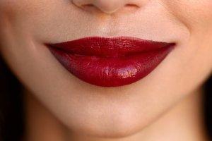 Ombre χείλη: Να πώς θα κάνεις τα χείλη σου να φαίνονται μεγαλύτερα βήμα βήμα (δες το βίντεο) - Shape.gr