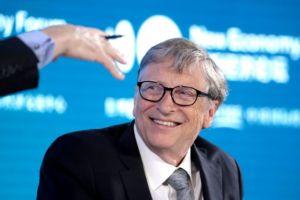 Μπιλ Γκέιτς: Εμβολιάστηκε κατά του κορωνοϊού και το δημοσίευσε στο Twitter