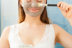 DIY μάσκα προσώπου με άργιλο σε 1 λεπτό: Για απόλυτα καθαρό δέρμα και σύσφιξη - Shape.gr
