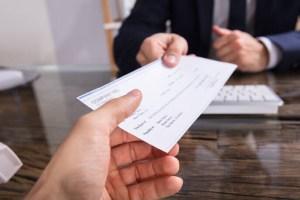 Επιταγές: Στο «πάγο» μέχρι 31/5 η καταβολή ΦΠΑ από τους κομιστές