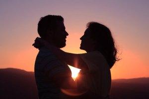 Τελικά το φλερτ θεωρείται απιστία; Τι λένε οι ειδικοί