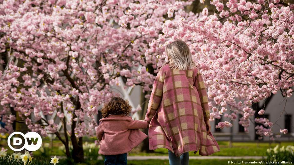 Μαμά στην πανδημία -ένας δύσκολος ρόλος   DW   09.05.2021