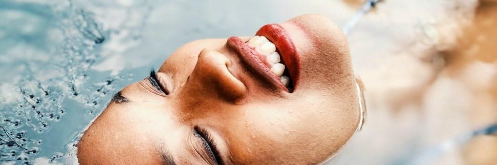 Θαλασσινό νερό: Tα οφέλη στην ομορφιά σου (κάνε πίλινγκ, ποδόλουτρο, μάσκες)