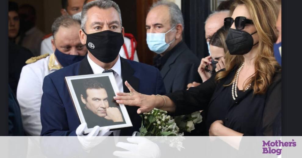 Κηδεία Βοσκόπουλου: Συγκλονιστική στιγμή! Το χάδι της Γκερέκου στη φώτο του Τόλη Βοσκόπουλου