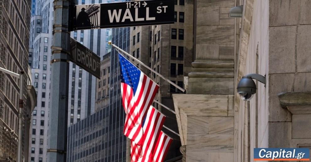 Διατηρούνται οι πιέσεις στη Wall, πάνω από 300 μονάδες χάνει ο Dow