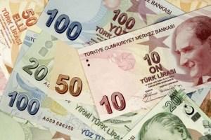Καταρρέει η τουρκική λίρα, απολύει τραπεζίτες ο Ερντογάν