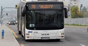 Мистериозен мъж цери безплатно пътниците