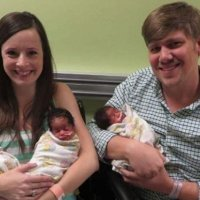 Двойка бели американци са щастливи родители на 5 чернокожи дечица - ето как се случи чудото (Снимки):