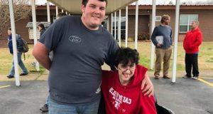 ЗА ПРИМЕР! Тийнейджър спестява цели 3 години от дневните си за да купи инвалидна количка за свой приятел