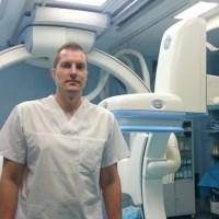 Лекарят, оперирал мозъка на дете през крака, взе диплома, която имат само още 35 медици в света