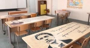 Деца учат върху чинове с ликовете на велики българи
