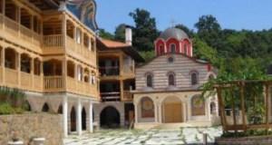 Стотици поклонници се редят на опашка за да се докоснат до живата вода в Гигинския манастир която лекува 20 болести