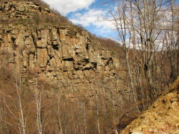 Уникални къщички в скалите с гледка към планината