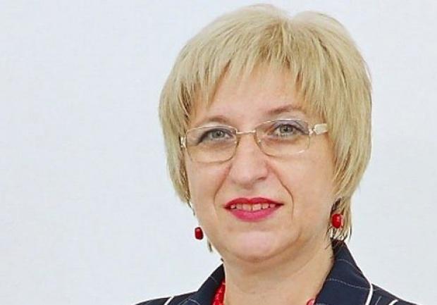 Прелъстена и изоставена: Леля Цецка плува с бодигард, още се вози в служебна лимузина