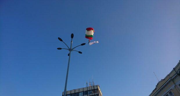 Предложение за брак долетя с парашут на централния площад в Пловдив / СНИМКИ И ВИДЕО /